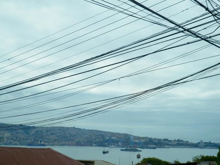 Desde demirar.cl Cielo de Cables » Calle Barros Arana y Orrego » Cerro Esperanza » Valparaíso, Chile. http://www.demirar.cl/2013/03/cielo-de-cables-calle-barros-arana-y-orrego-cerro-esperanza-valparaiso/