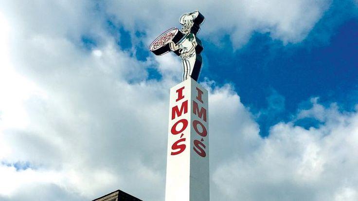 Imo's es mejor lugar de pizza en San Luis. A Imo's, puede comer pizza y raviolis tostados. Me encanta comprar su pizza crocante. Nunca se quema. ¡Todo las personas pueden ir a Imo's! Tienen televisiónes puedes ver.