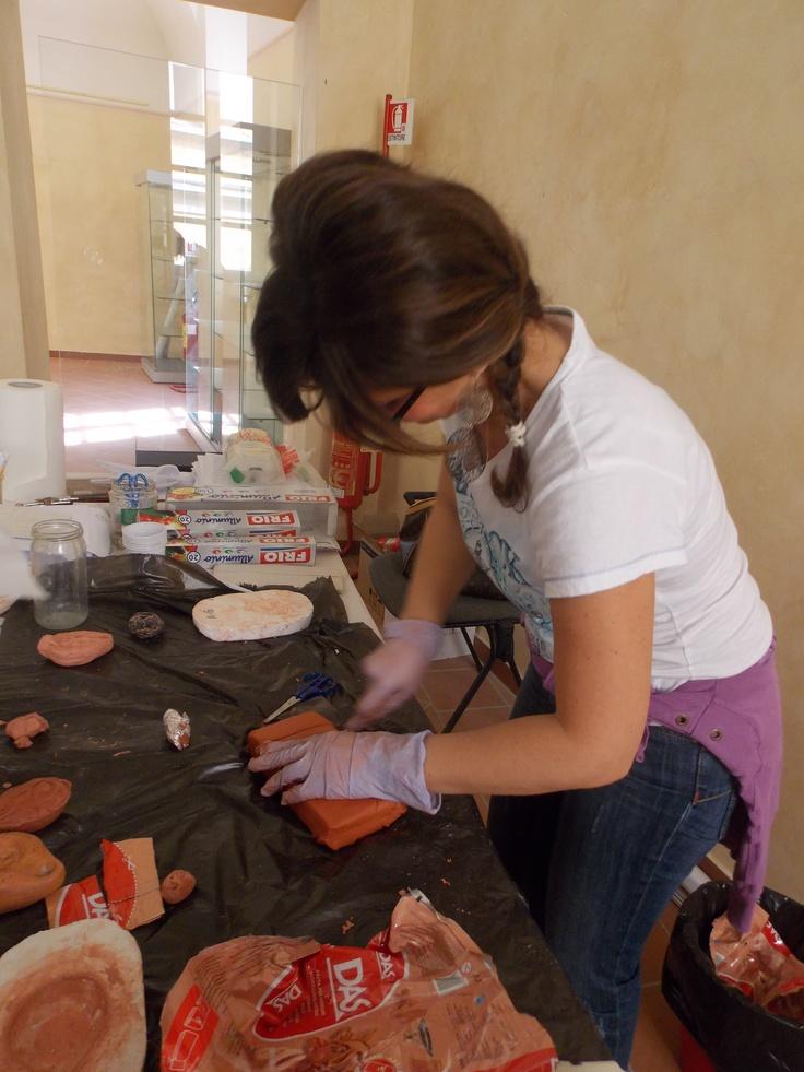 La dottoressa Michela Ricco spiega agli alunni della 1°A come realizzare le lucerne