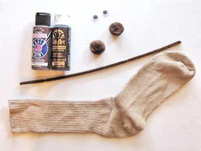 No tutorial de hoje, vou ensiná-los a fazer um simpático fantoche de girafa feito com uma meia. O artesanato é simples e, além disso, foi confeccionado utilizando materiais recicláveis. Essa engraçada girafa pode se mexer, e você poderá montar, com ela, uma