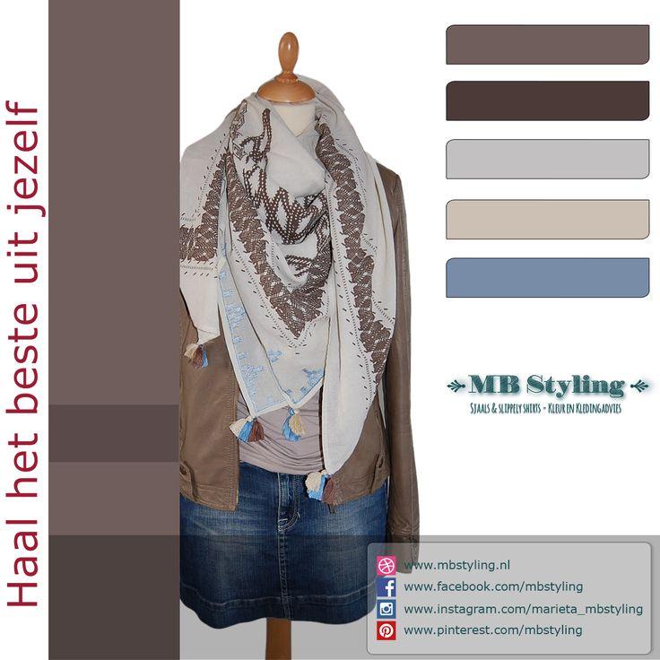 Vierkante sjaals zijn helemaal hot! Met een vierkante sjaal heb je meer mogelijkheden van knopen dan met een langwerpige sjaal. Je kunt ze met de punt naar voren dragen zoals op de foto.  Maar je kunt de  vierkante sjaal ook dubbelvouwen, de punt wegwerken en de twee uiteinden langs de voorkant laten vallen.  Dit is een vierkante katoenen sjaal van het merk Becksondergaard. Door de kleurstelling heb je veel combinatie mogelijkheden. Shop at…