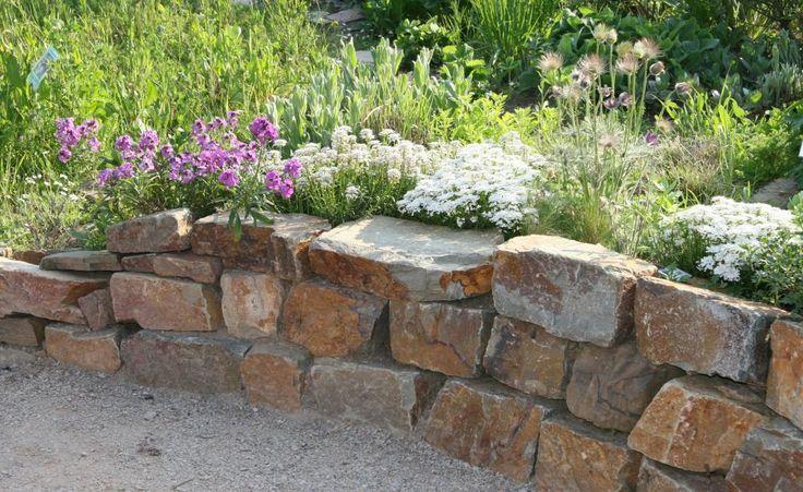 Gartengestaltung mit Trockenmauern -  Mauern aus aufeinandergeschichteten Natursteinen haben auf dem Land eine lange Tradition. Sie dienten als Begrenzung für Viehweiden, zur Terrassierung von Weinbergen oder kamen beim Haus- und Stallbau zum Einsatz. Auch heute noch sind die sogenannten Trockenmauern ein beliebtes Gestaltungselement.