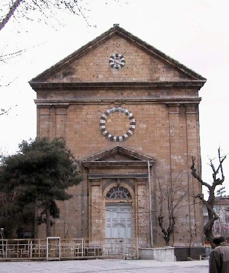 KENDİRLİ KİLİSESİ- 1860 yılında Fransız misyonerler ve 3.Napolyon'un yardımı ile yapılmıştır.Katolik Ermeni kilisesidir.Dikdörtgen planlı olup geniş bir bahçe içerisinde siyah kesme taştan bir temel üzerine beyaz kesme taşlarla yapılmıştır.Üç basamakla çıkılan kapısı  ahşap, üzeri üçgen alınlıklı, yanları sütun hayelidir.Tabanda kırmızı ve beyaz renk tonlarında mermerle yapılmış santranç tahtası motifli döşemeler dikkat çekicidir.Günümüzde toplantı salonu olarak kullanılmıştır. Bey Mahallesi