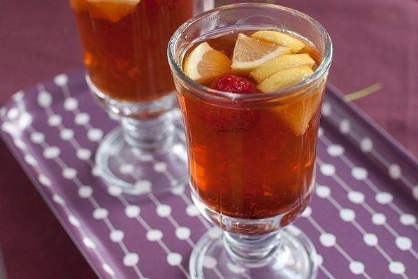 Имбирный чай с клубникой.