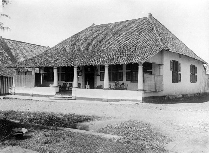COLLECTIE TROPENMUSEUM Woning in koloniale stijl Ternate