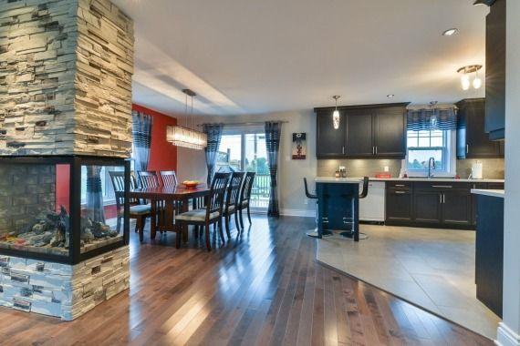 Chaleureuse maison à étage de 4 chambres, située au coeur d'un quartier récent de Marieville. De l'espace à profusion tant à l'intérieur qu'à l'extérieur. L'implantation de ce cottage sur le terrain de plus de 10, 000 pieds carrés permet facilement l'ajout d'un garage. Aucun voisin à l'arrière et vue splendide sur la vallée qui mène à Rougemont.