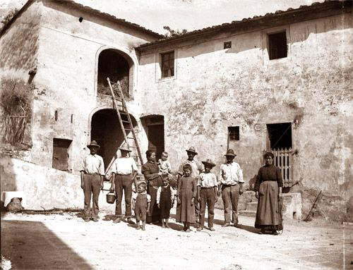 Agriturismo Villa Pacinotti, Tuscany. Bruschi family farmyard Villa Pacinotti in the early 1900s http://www.organicholidays.com/at/3289.htm