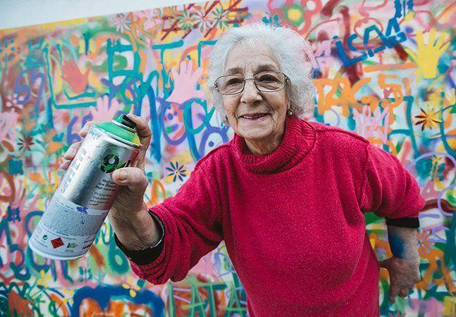"""Alguns idosos mostram que velhice não é sinônimo de fraqueza e falta de capacidade. Muitos são ativos, se exercitam, acessam a internet, fazem aula de danças e até participam de projetos de street art. Pois é, o """"Lata 65"""", uma organização sem fins lucrativos, em Portugal, realiza oficinas e ensina técnicas de arte de rua para a terceira idade. Os alunos aprendem sobre a história da arte de rua, fazem seus próprios stencils e cobrem com grafites os muros da capitalLisboa, onde o projeto…"""