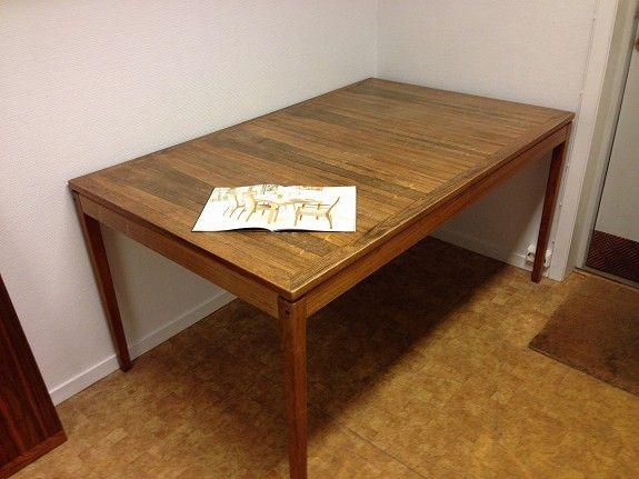 Design Torbjørn Afdal spisebord med 2 innleggsplater og 6 stoler, i palisander. B: 95 cm, l: 150 cm, ileggsplater 42 cm pr stk (2) total lengde 234 cm. Ileggsplater oppbevares i bordet. Pris kr 4000,-.