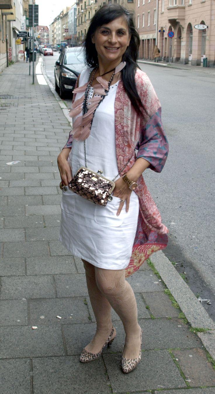 """Hej, hej, Här kommer den tredje och sista """"Little White Dress"""". I en 60-talsmodell och i en """"Boho Chic""""-styling. Klänningen är knälång, rak i modellen, har tuffa detaljer ru…"""