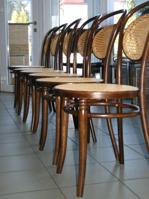 Krzesła gięte z siedziskami z rattanu. Pracownia renowacji mebli wyplatanych.