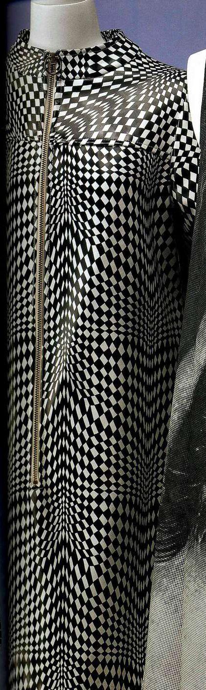 Платье. Около 1965, США. Винил с шахматным рисунком в белую и черную клетку, набивной узор в стиле оп-арт, А-силуэт, воротник-стойка, молния.
