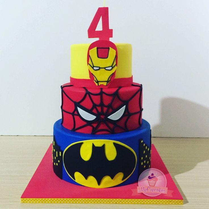 Cuando los superhéroes nos apasionan porque no tener los que nos mas nos gustan en una hermosa torta #superheroes #superheros #batman #ironman #spiderman #tortas #tortasbogota #mpcupcakes torta superhéroes. Torta Spiderman. Torta batman. Torta iron man