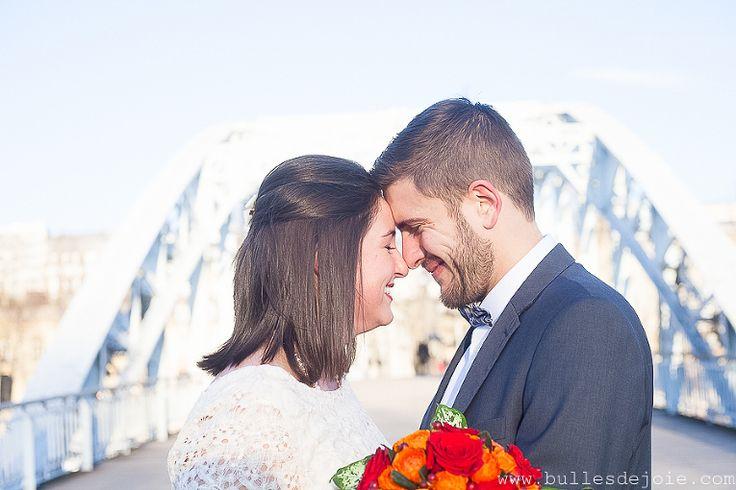 Moment de complicité d'un couple de jeunes mariés à Paris | Bulles de Joie Photographie, photographe Paris