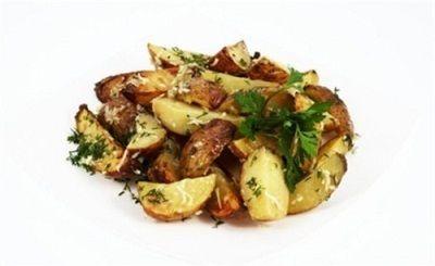 Запеченный картофель с зеленью.Молодой картофель моем и разрезаем на небольшие дольки. Затем перекладываем в кастрюлю, солим