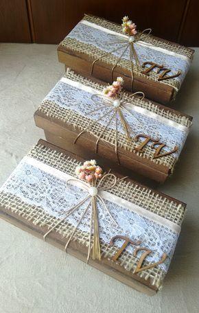 Caixa com decoração rústica para presentear e convidar padrinhos de casamento.  A caixinha tem 14X7X5 e acomoda dois bem casados, brownies, bombons , brigadeiros, docinhos.  Decorada com juta, renda, fita cetim, fio nude, meia pérola, florzinhas secas ( cores podem ser alteradas de acordo com o e...