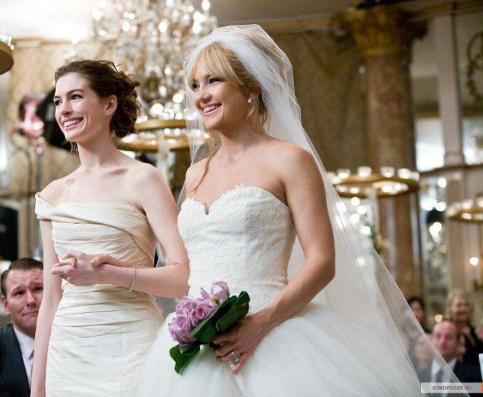 Самые красивые свадебные платья в кино: «Война невест»  Героини Энн Хэтэуэй и Кейт Хадсон с детства мечтали о прекрасных принцах и пышных свадьбах. Разумеется, они