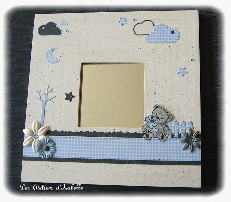Cadre miroir. Cadeau de naissance personnalisable. Bleu ciel, blanc et gris. Ourson, arbre, nuages, étoiles, fleurs.