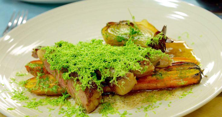 Vitlöksdoftande biff smaksatt med rivet örtsmör. Serveras med timjandoftade morötter och gul lök.