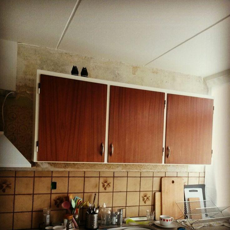 Det nye overskab er færdigt og hængt op i køkkenet.