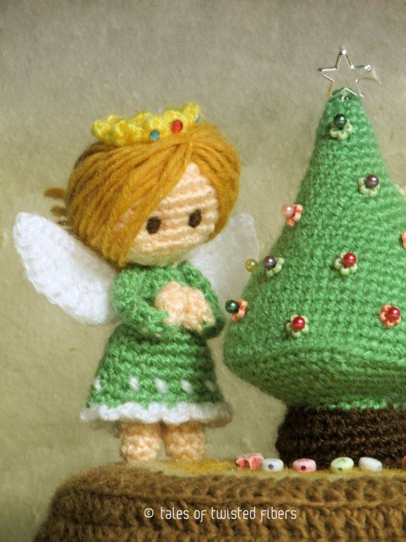 THIS is ADORABLE! Miniature Christmas tree and angel -FREE crochet pattern ༺✿Teresa Restegui http://www.pinterest.com/teretegui/✿༻