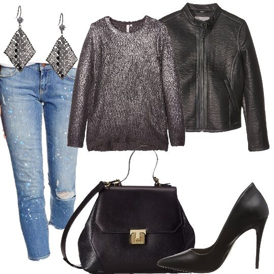 Jeans in denim con effetto vernice, maglia a maniche lunghe con collo tondo, giacca in ecopelle con cerniera, scarpa décolleté nera con tacco alto, borsa con chiusura in metallo.