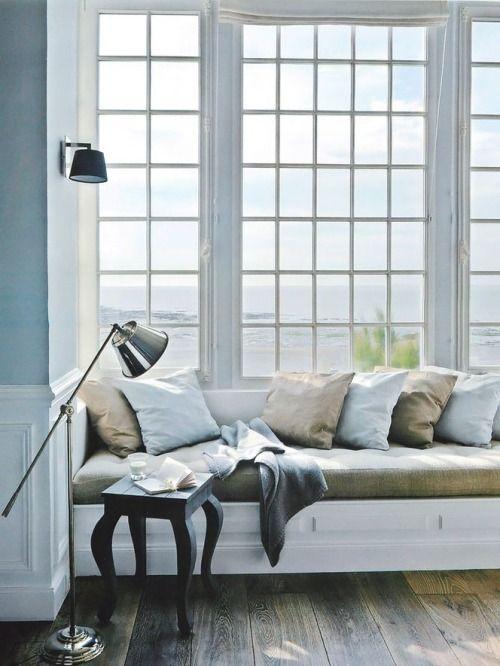 inbyggd soffa i kök o fönster m mycket spröjs