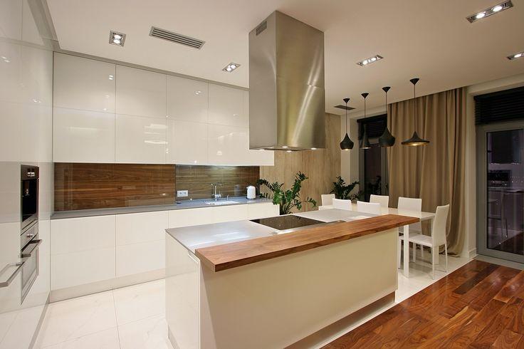 Cucina moderna bianca con paraschizzi in legno