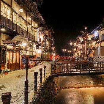 銀山温泉では、「銀山川」の両岸にレトロな旅館が立ち並びます。随所にかかる橋や、歩道のガス灯がレトロな雰囲気を盛り上げます。