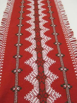 Christmas table runner. Love the finish on the edging. Beautiful example of…