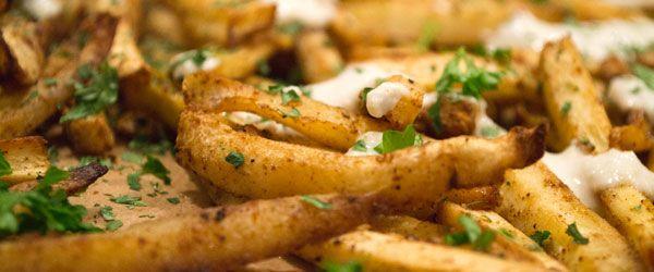 Liever geen friet van Piet maar wel graag friet? Doe dan friet van pastinaak! Een lekker en simpel recept om zelf pastinaak friet te maken uit de oven.