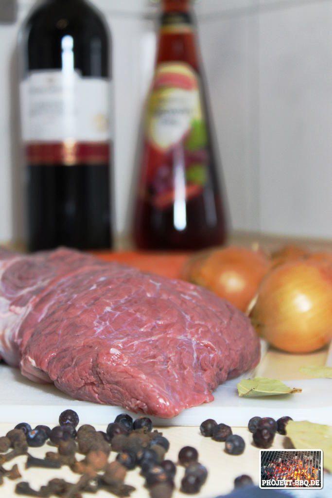 Original rheinischer Sauerbraten aus dem Dutch Oven. Ein klassisches Festtagsgericht über glühenden Kohlen zubereitet, dazu frische Semmelknödel & Rotkohl.