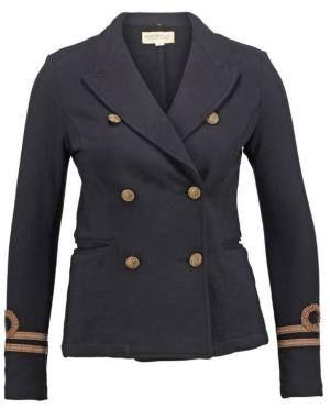 Denim & Supply Ralph Lauren Academy Blazer Wilton Navy Completa El Look El blazer fue diseñado por y para el hombre, fue Coco Chanel quien lo introdujo en la moda de los años 20 como prenda femenina, combinada con falda plisada, camisa y corbata.