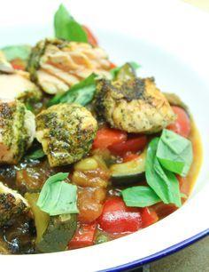 Ken je caponata al? Caponata is een Italiaanse zoet-zure groentestoof bomvol lekkere smaakmakers zoals aubergine, tomaat, ui, olijven, kappertjes en nog veel meer. Een heerlijk bijgerecht en superlekker met bijvoorbeeld zalm, kippenworstjes en köfte