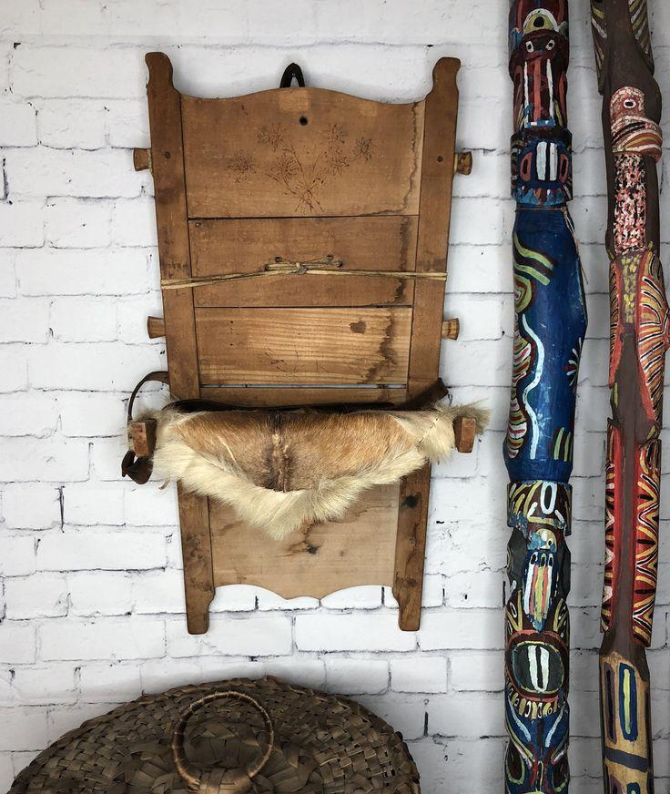 """Porte bébé Amérindien / Papoose Board PrixC$750.00   English description will follow Porte bébé amérindien aussi appelé Papoose board. Peau de chevreuil cousu à la main, État d'origine. Dessin de fleurs sur la face avant. C. 1940  29"""" x 16"""".  P. 11""""     Native american cradle board also called Papoose board. Hand weaven dear skin, floral design on the front. Original condition C. 1940     29"""" x 16"""". D. 11"""""""