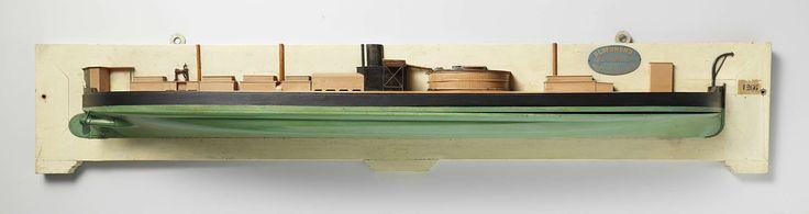 anoniem | Halfmodel van een monitor, attributed to Rijkswerf Amsterdam, c. 1867 - c. 1869 | Gepolychromeerd halfmodel (stuurboord) en blokmodel van een monitor. Het heeft een verticale voorsteven met kipstut, een scherp achterschip, roer met afgerond roerblad; een schroefas van een paar, de schroef ontbreekt. De originele geschutskoepel ontbreekt; op dek tien smalle dekhuizen en kasten: op de dekopbouw net achter de koepel een brug met roosters dwarsscheeps en een schoorsteen. Op een…