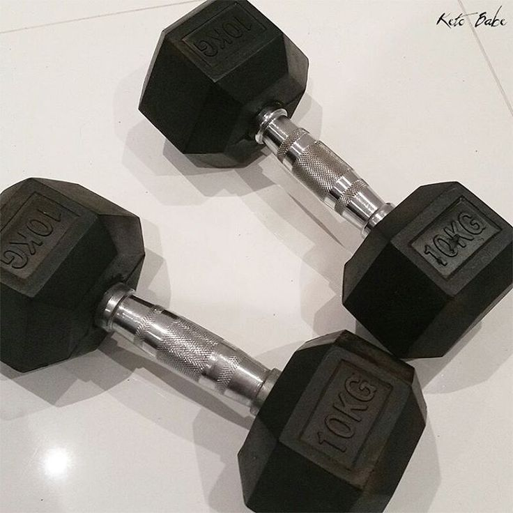 Today is Day 1 of Month 3 and I just discovered that the heaviest set of 10kg (22lb) dumbbells I own are way too light for me. Time to buy more equipment. 😲💪 #ketobaberocks #ketobabe #vegan #veganbabe #veganbodybuilding #veganbodybuilder #chestpress #dumbbells