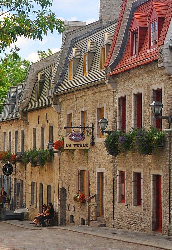 L'une des rues du Vieux-Québec, aux façades fleuries et colorées