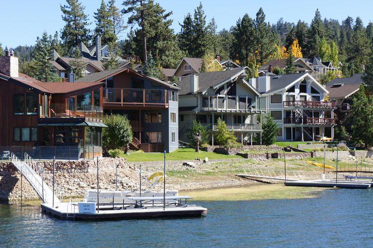 Big Bear, vale la pena visitor este lugar en cualquier temporada del año, ya que en invierno hay nieve y en primavera se puede disfrutar de las actividades en el lago.