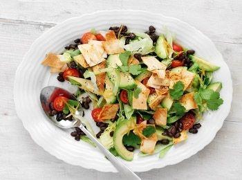Salată mexicană cu crutoane de tortilla Dacă nu îți place coriandrul proaspăt, înlocuiește-l cu pătrunjel. Reţete cu fasole, Rețete simple, Reţete cu roşii cherry, Mexicana, Reţete cu avocado, Cina, Reţete de salată, Pentru familie, Reţete rapide
