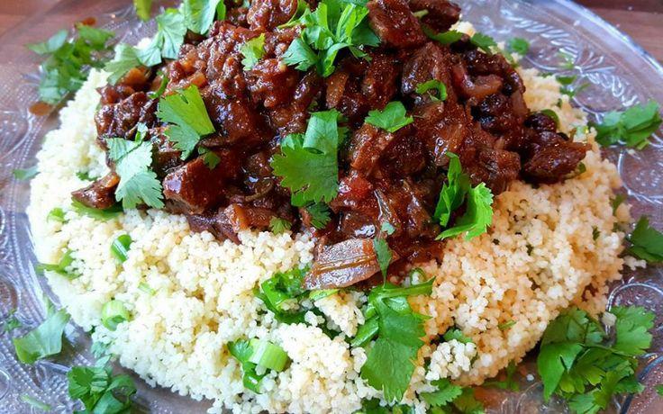 Noord-Afrikaanse stoofpot met kaneel en rozijnen! Heerlijk met couscous. Verhit de olijfolie in een stoofpan (of diepe pan met anti-aanbakbodem) en fruit hierin de ui glazig en voeg vervolgens de knofl