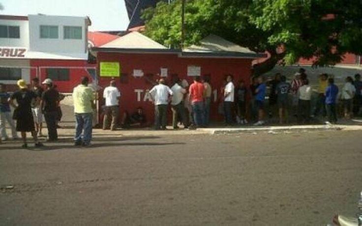 Aficionados se enfilan para boletos del Veracruz-Cruz Azul - http://notimundo.com.mx/deportes/aficionados-se-enfilan-para-boletos-del-veracruz-cruz-azul/27850