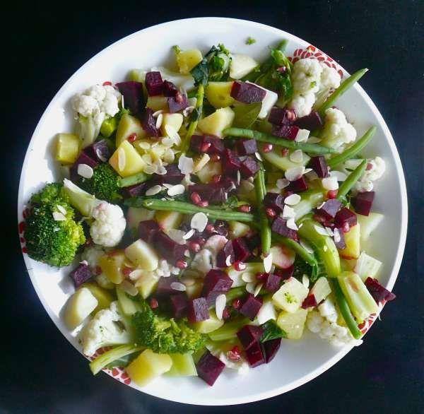 xειμωνιάτικη σαλάτα με λαχανικά και ρόδι