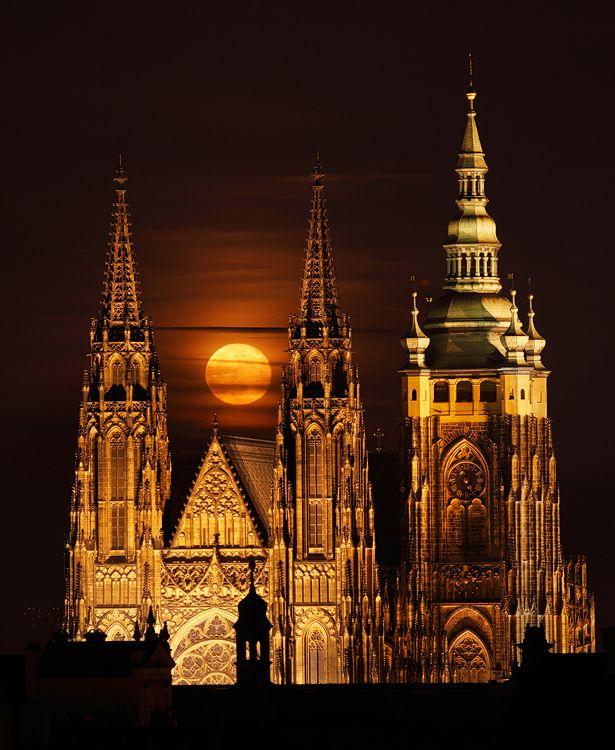 Východ měsíce za Hradem, Prague.