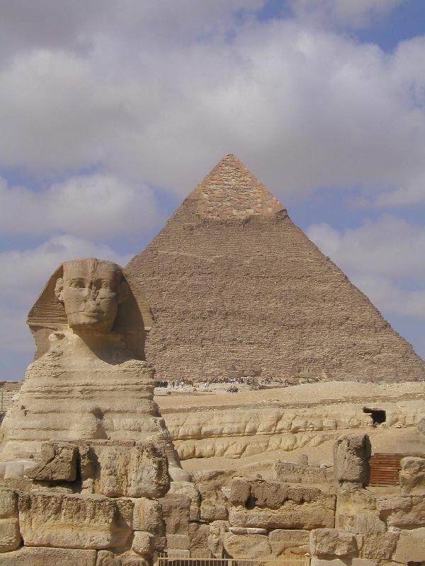 Sfinge. Autore anonimo, metà del III millennio a.C., più precisamente 2500 a.C. Costruita con blocchi di pietra calcarea, scolpita a tutto tondo. Si trova a Giza, funzione funeraria insieme alla piramide di Chefren, posta dietro alla Sfinge, infatti ha il corpo di leone e il volto del faraone Chefren, poichè era dedicata a lui.