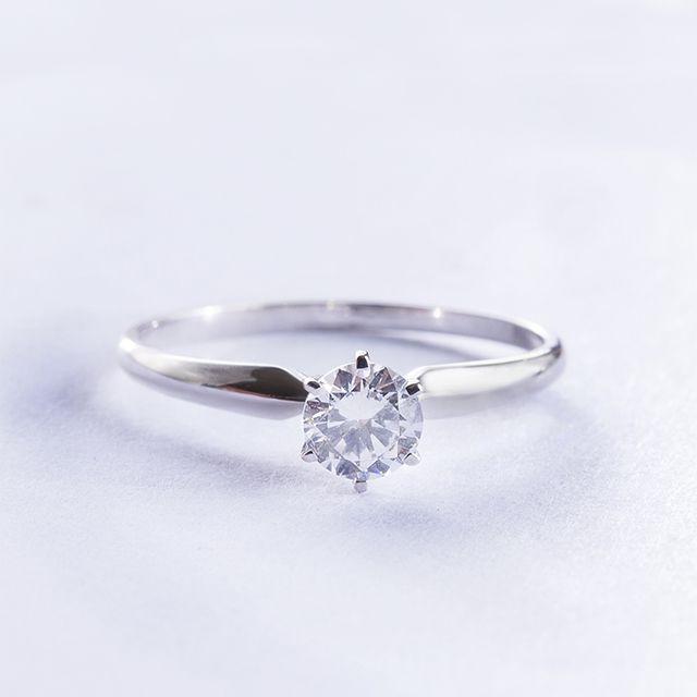 Zásnubní prsten z bílého zlata a diamantu.