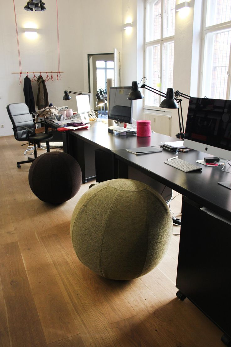 Am THE HOF Schreibtisch macht sich der Design Sitzball hervorrragend