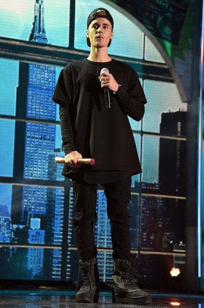 Justin Bieber performs at the 2015 Nickelodeon HALO Awards.
