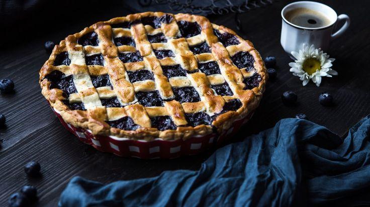 Sezona borůvek právě začíná, a tak je na čase vám představit skvělý borůvkový koláč. Je křehký, voňavý a neskutečně dobrý! Proto pozor – je snadné si na něm vypěstovat závislost.
