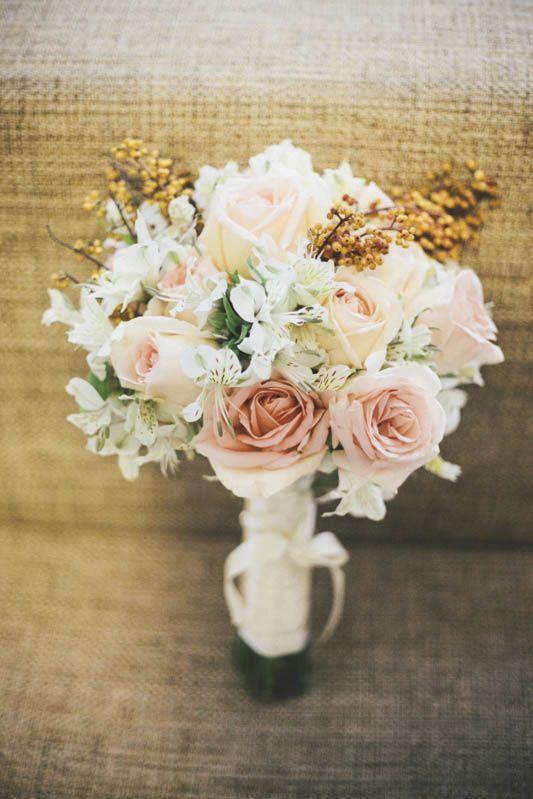 Bouquet delicado em tons de rose e sementes.